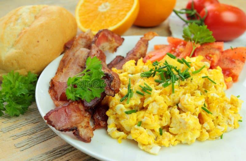 Frühstück mit durcheinandergemischten Eiern lizenzfreies stockfoto