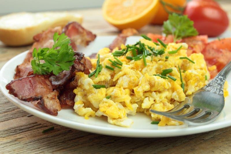Frühstück mit durcheinandergemischten Eiern und Schnittlauch lizenzfreie stockfotos