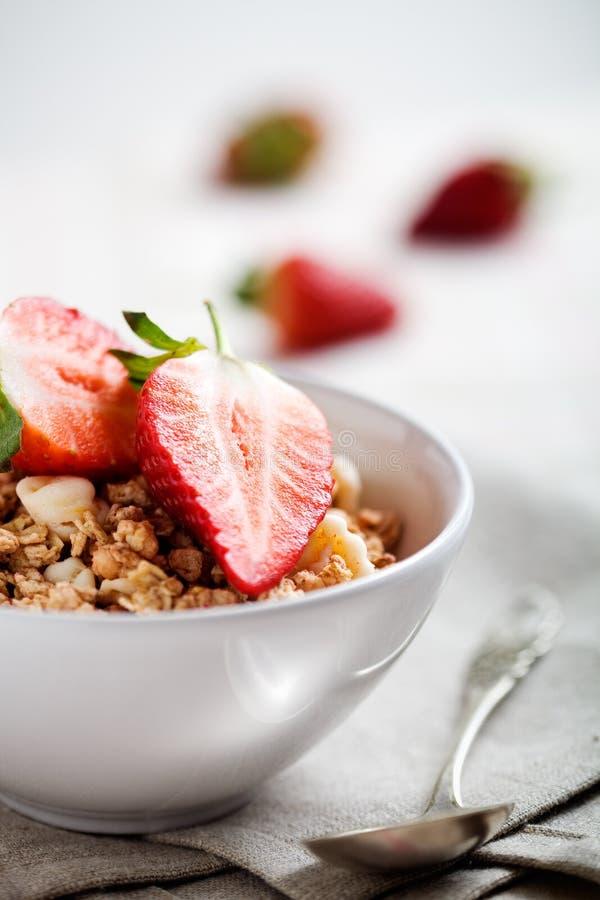 Frühstück mit Erdbeeren lizenzfreie stockfotos