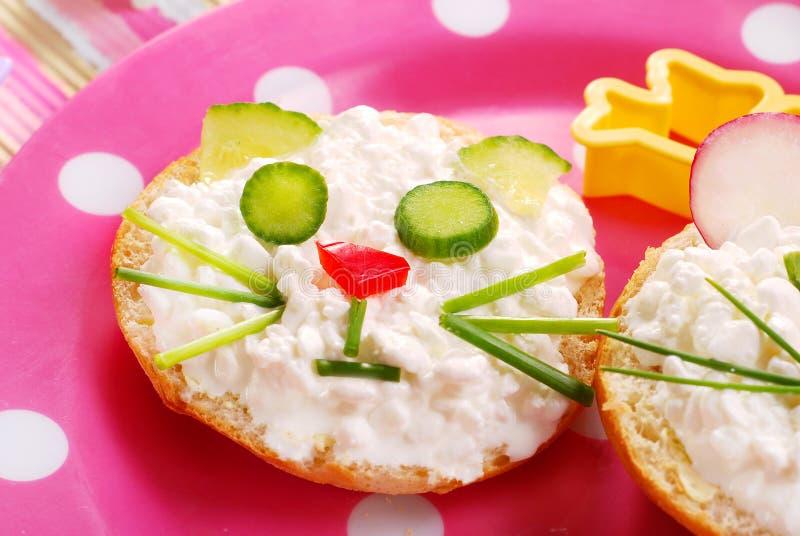 Frühstück mit Hüttenkäse für Kind stockfoto