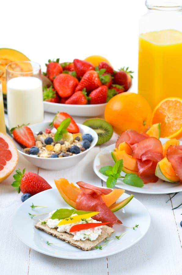 Frühstück mit Mischfrucht stockfotografie