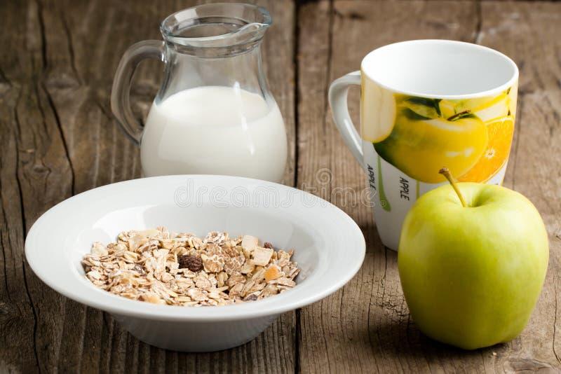 Frühstück mit muesli, Milch und Apfel stockfotos