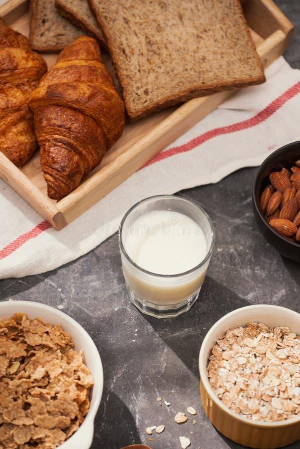 Frühstück mit Toast und Hörnchen Milch in einer Glasflasche Guter Anfang zum Tag Guten Morgen stockfoto