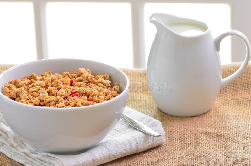 Frühstück Muesli-Getreide gruppiert sich mit einem Krug frischer Milch stockbild