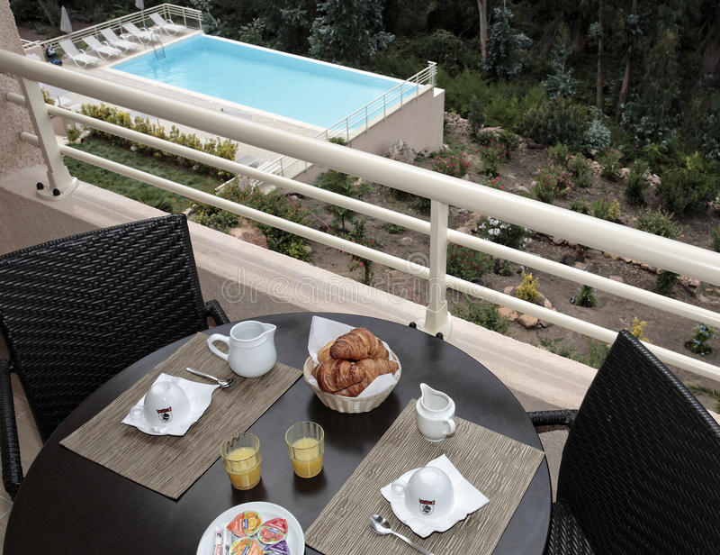 Frühstück nahe dem Pool stockfotografie