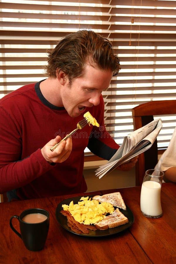 Frühstück und Zeitung lizenzfreies stockbild