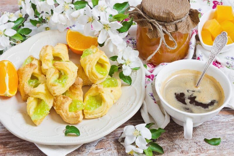 Frühstück von frischen Scones stockbilder