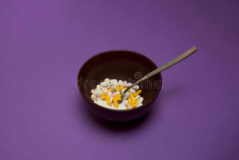 Frühstück von Tabletten in einer Schüssel auf festem Hintergrund lizenzfreies stockbild