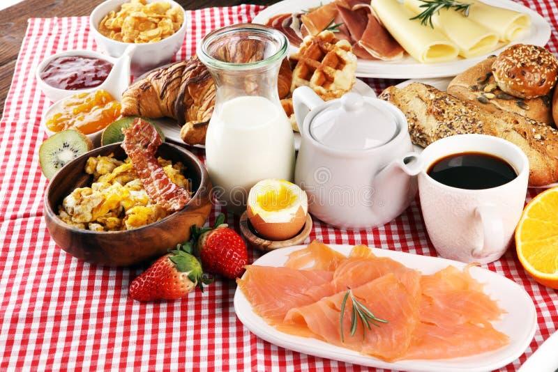Frühstücken Sie auf Tabelle mit Waffeln, Hörnchen, coffe und Saft stockbilder