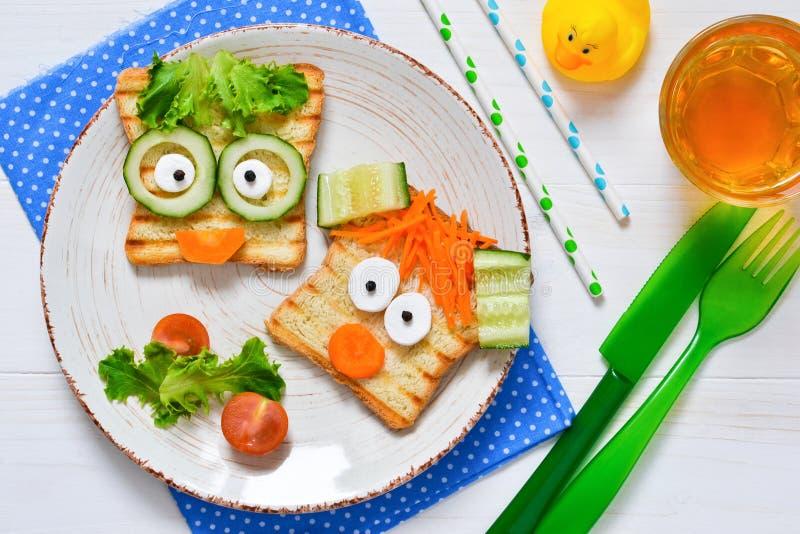 Frühstücken Sie für ein kinder- Kind-` s lustige Toast mit einem gegrillten a stockfoto