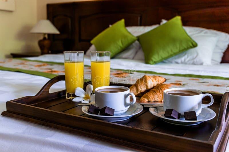 Frühstücken Sie im Bett für ein Paar mit Kaffee und Hörnchen stockfotos