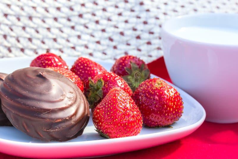 Frühstücken Sie im Garten an einem sonnigen Sommertag stockbild