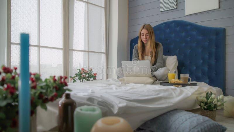 Frühstücken Sie im Hotel, das Mädchen, das mit Laptop arbeitet stockfotos