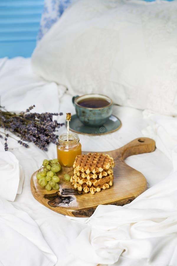 Frühstücken Sie mit belgischen Waffeln, Aprikosenmarmelade und Kaffee lizenzfreie stockfotografie