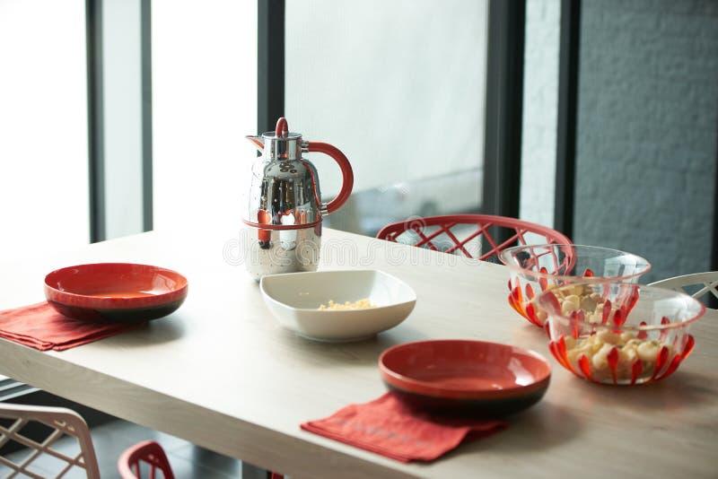 Frühstücken Sie mit Flocken und Milchkessel im schönen modernen kitche lizenzfreies stockfoto