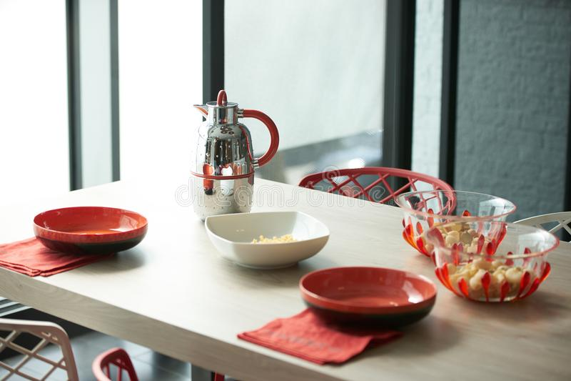 Frühstücken Sie mit Flocken und Milchkessel im schönen modernen kitche lizenzfreie stockbilder