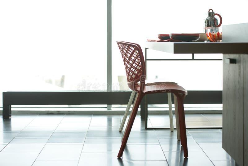 Frühstücken Sie mit Flocken und Milchkessel im schönen modernen kitche stockfoto