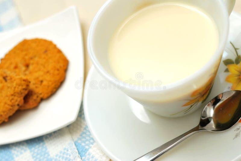 Frühstückgetränk mit Plätzchen stockfoto