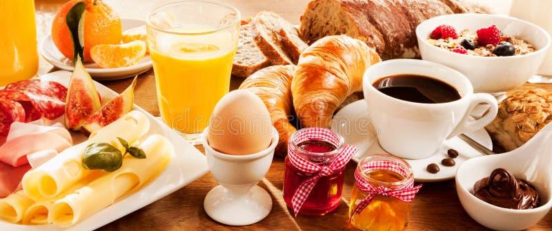 Frühstücksfest auf Tabelle lizenzfreies stockbild