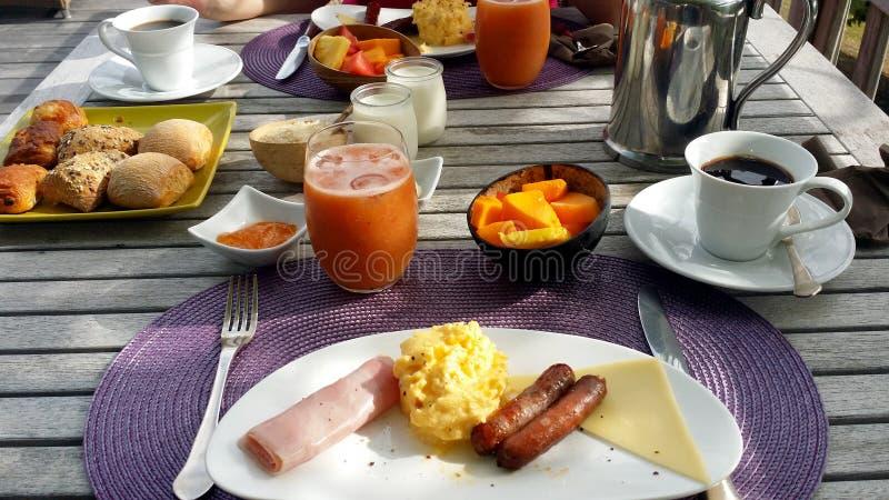 Frühstücksfest mit Rollen, Kaffee und Saft auf Tabelle stockbilder