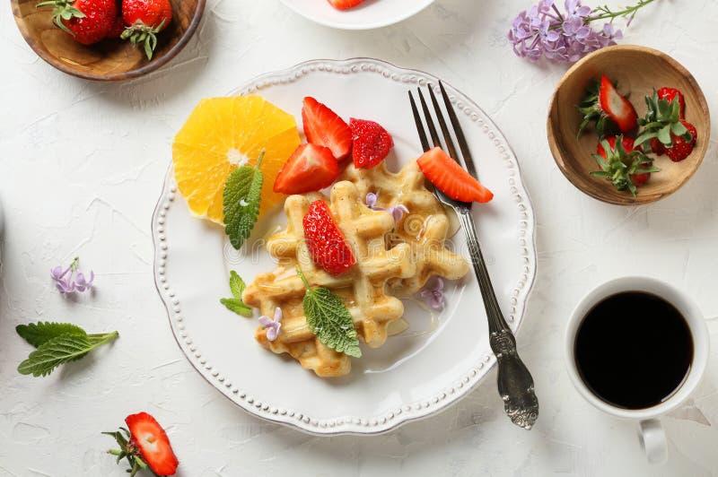Frühstückskaffee mit Waffeln lizenzfreies stockfoto