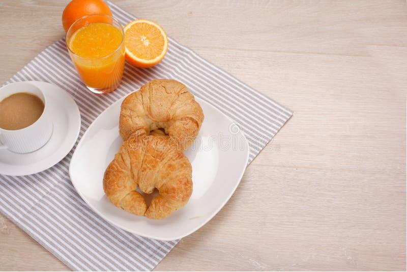 Frühstückskaffee und Orangensaft lizenzfreie stockbilder