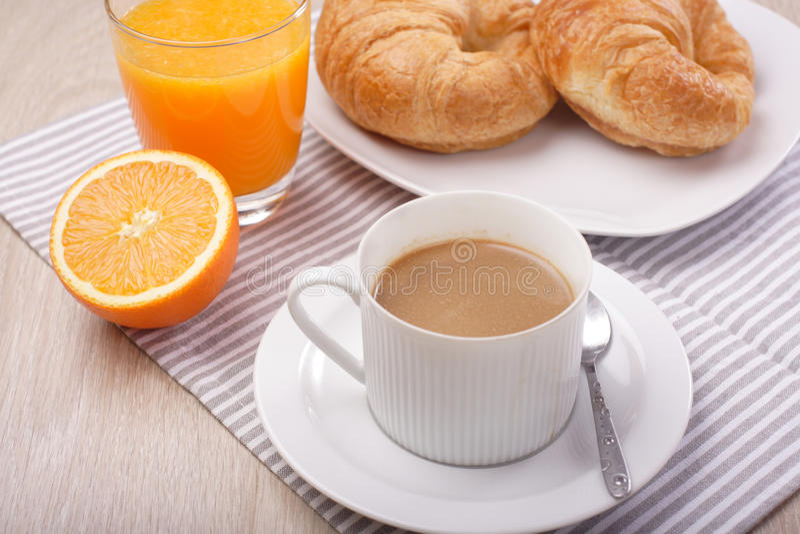 Frühstückskaffee und Orangensaft stockbild