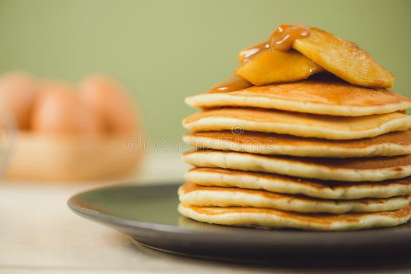Frühstückskonzeptideen, Honey Apple Pancakes stockbilder