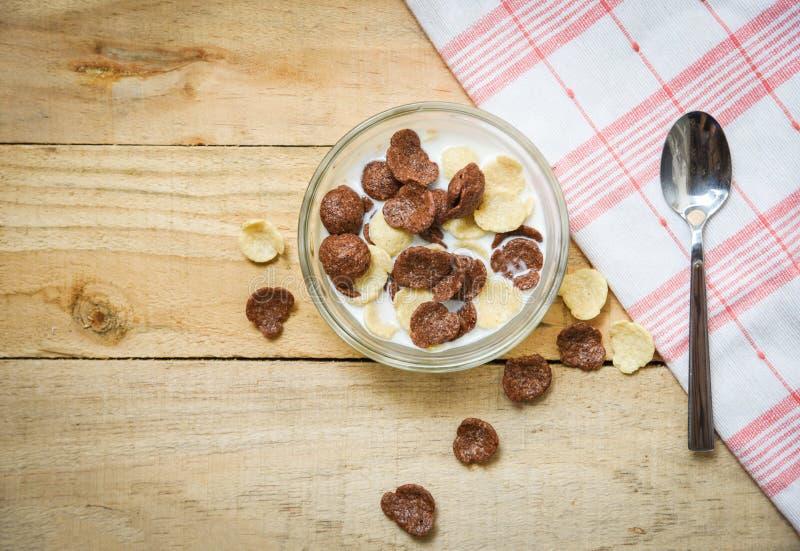Frühstückskost aus Getreide in der Schüssel und im Löffel mit hölzernem Hintergrund der Milch für gesunde Nahrung des Getre lizenzfreie stockbilder