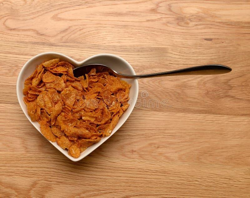 Frühstückskost aus Getreide in geformter Schüssel des Herzens stockfoto