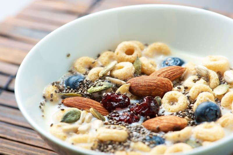 Frühstückskost aus Getreide mit Chia Seed stockfotos