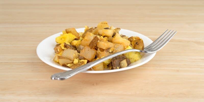 Frühstücksmahlzeit mit Gabel auf einer Seitenansicht der Platte lizenzfreie stockfotografie