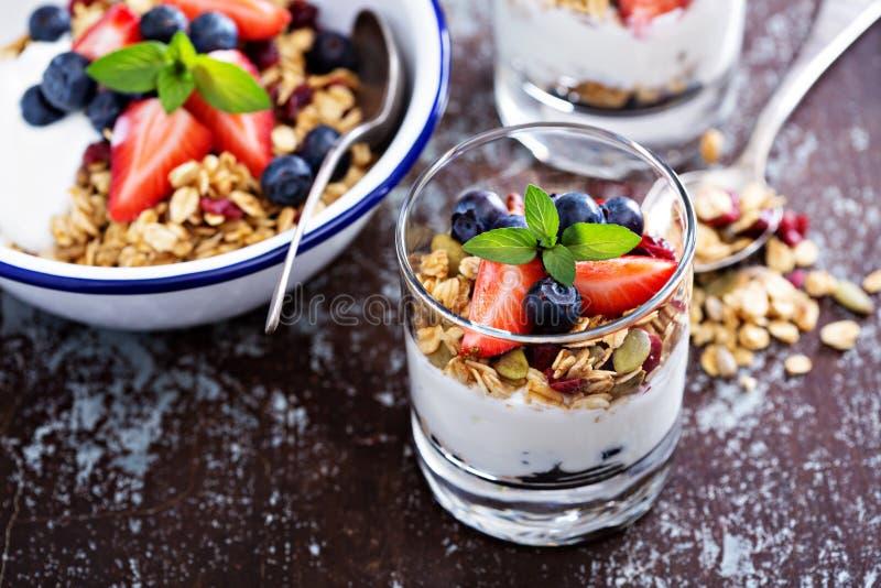 Frühstücksparfait mit selbst gemachtem Granola lizenzfreie stockbilder