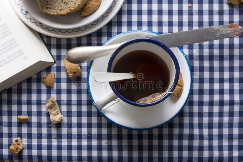 Frühstückstee, blaue karierte Tischdecke stockbild