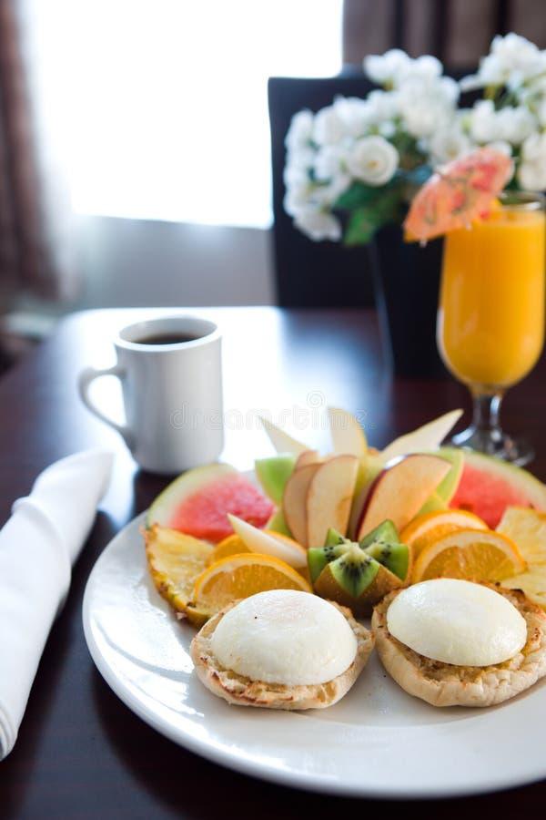 Frühstückstisch im Hotel lizenzfreie stockbilder