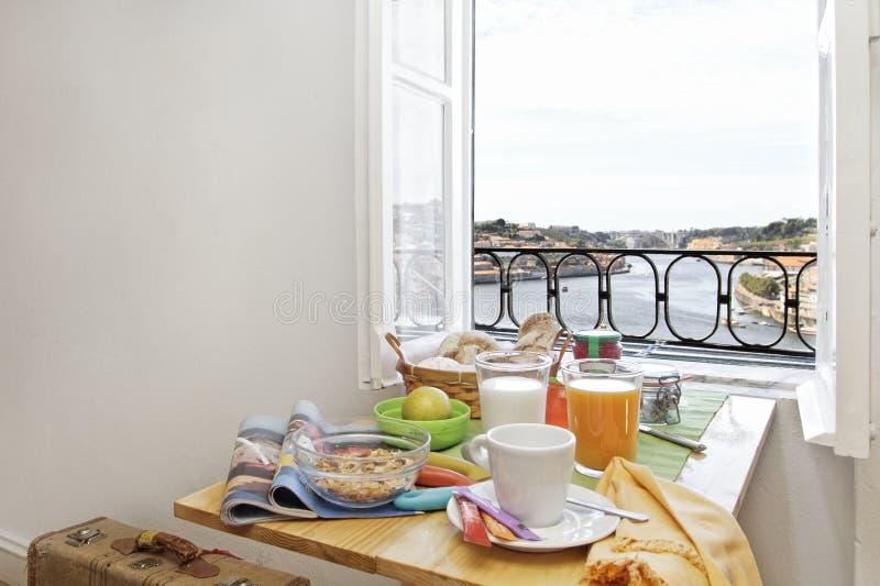 Frühstückstisch mit einer Ansicht stockfotografie