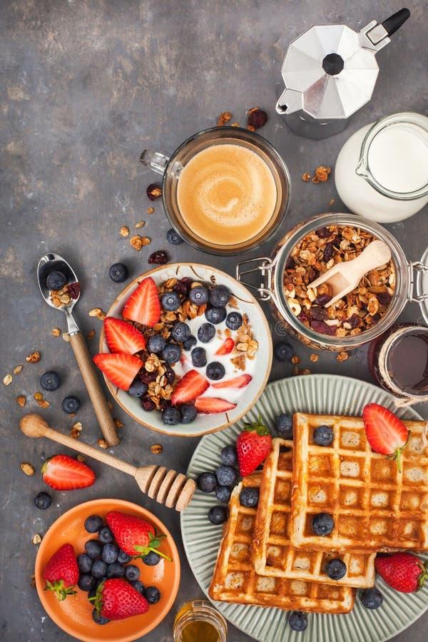 Download Frühstückstisch Mit Getreidegranola, Milch, Frische Beeren, Kaffee  Stockfoto   Bild Von Milch