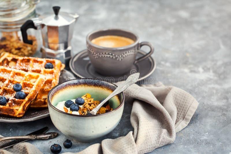 Frühstückstisch mit Granola und Jogurt, frischer selbst gemachter Belgier stockfotografie