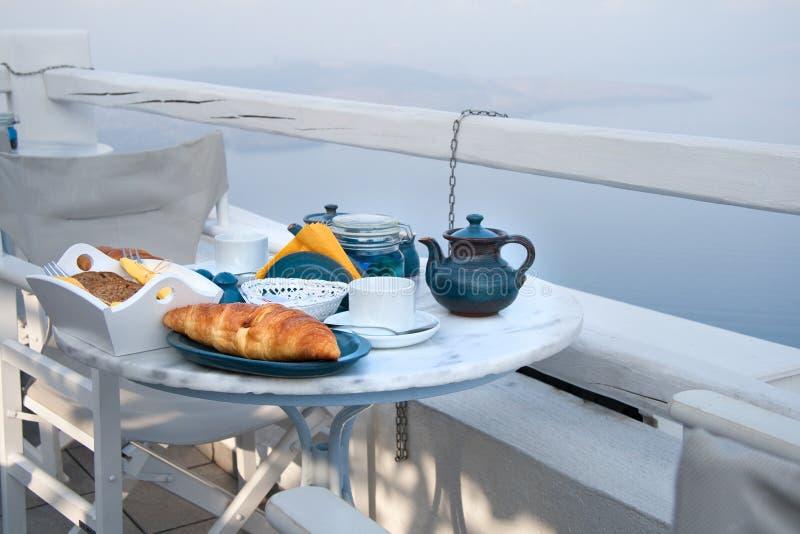 Frühstückstischeinstellung mit Mountain View stockfotografie
