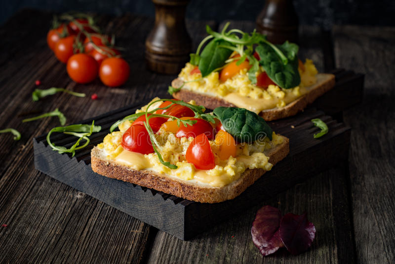 Frühstückstoast: Toastbrot, durcheinandergemischte Eier, Käse und Tomate stockfoto