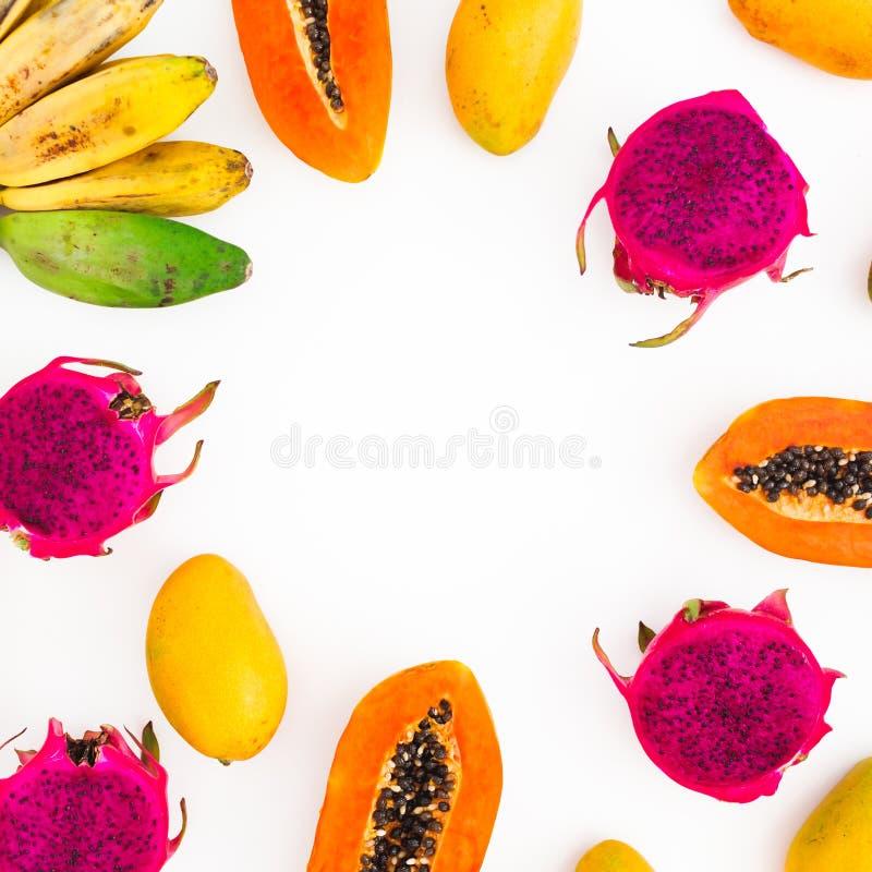 Fr?chte gestalten mit Bananen-, Papaya-, Mango- und Drachefr?chten auf wei?em Hintergrund Flache Lage Beschneidungspfad eingeschl stockfotografie