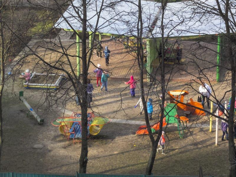Fr?her Fr?hling Die Sonne ist gl?nzend Kinderspiel im Yard kindergarten lizenzfreie stockbilder