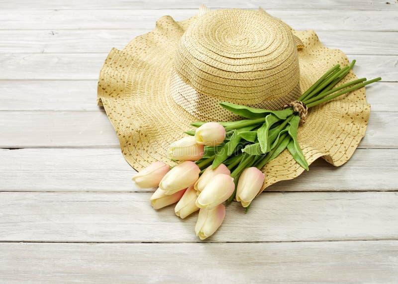 Fr?hling oder Sommer mit Tulpen und Hut stockbild