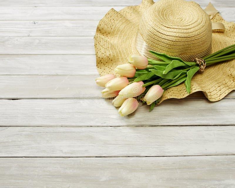 Fr?hling oder Sommer mit Tulpen und Hut lizenzfreie stockfotografie