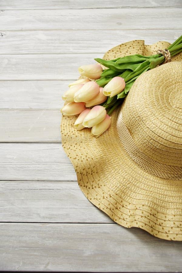 Fr?hling oder Sommer mit Tulpen und Hut stockbilder