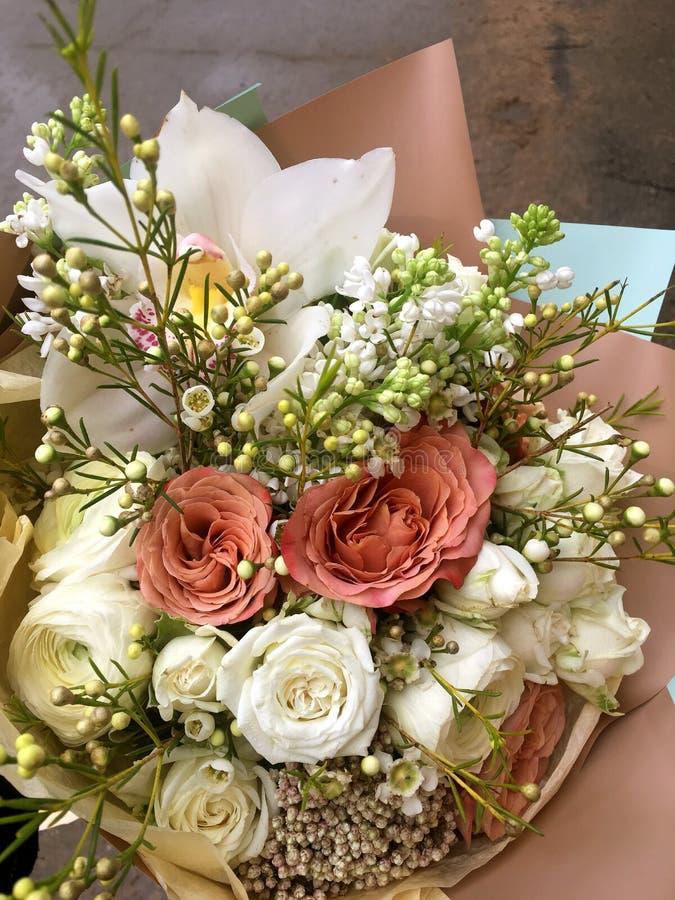Fr?hlingsblumenstrau? von gemischten bunten Blumen Blumenblumenstrauß einschließlich weißen Orchidee Cymbidium, weißer Eustoma, w lizenzfreie stockbilder