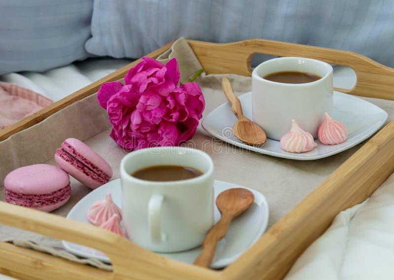 Fr?hst?ck im Bett f?r zwei H?lzerner Beh?lter mit Kaffee, Makronen und Bizet lizenzfreie stockfotografie