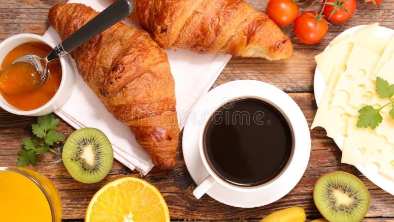 Fr?hst?ck mit Kaffeetasse und H?rnchen lizenzfreies stockbild