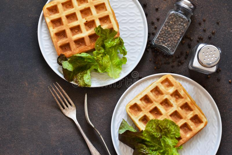 Frühstückszeit Waffeln mit Salat, Ei-Pflug und Avocados zum Frühstück Aussicht von oben stockfoto