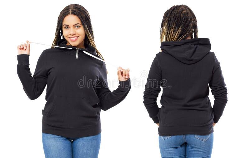 Fr?mre baksida och bakre svart tr?jasikt Härlig svart kvinna i mallkläder för tryck- och kopieringsutrymme som isoleras på vit arkivfoton